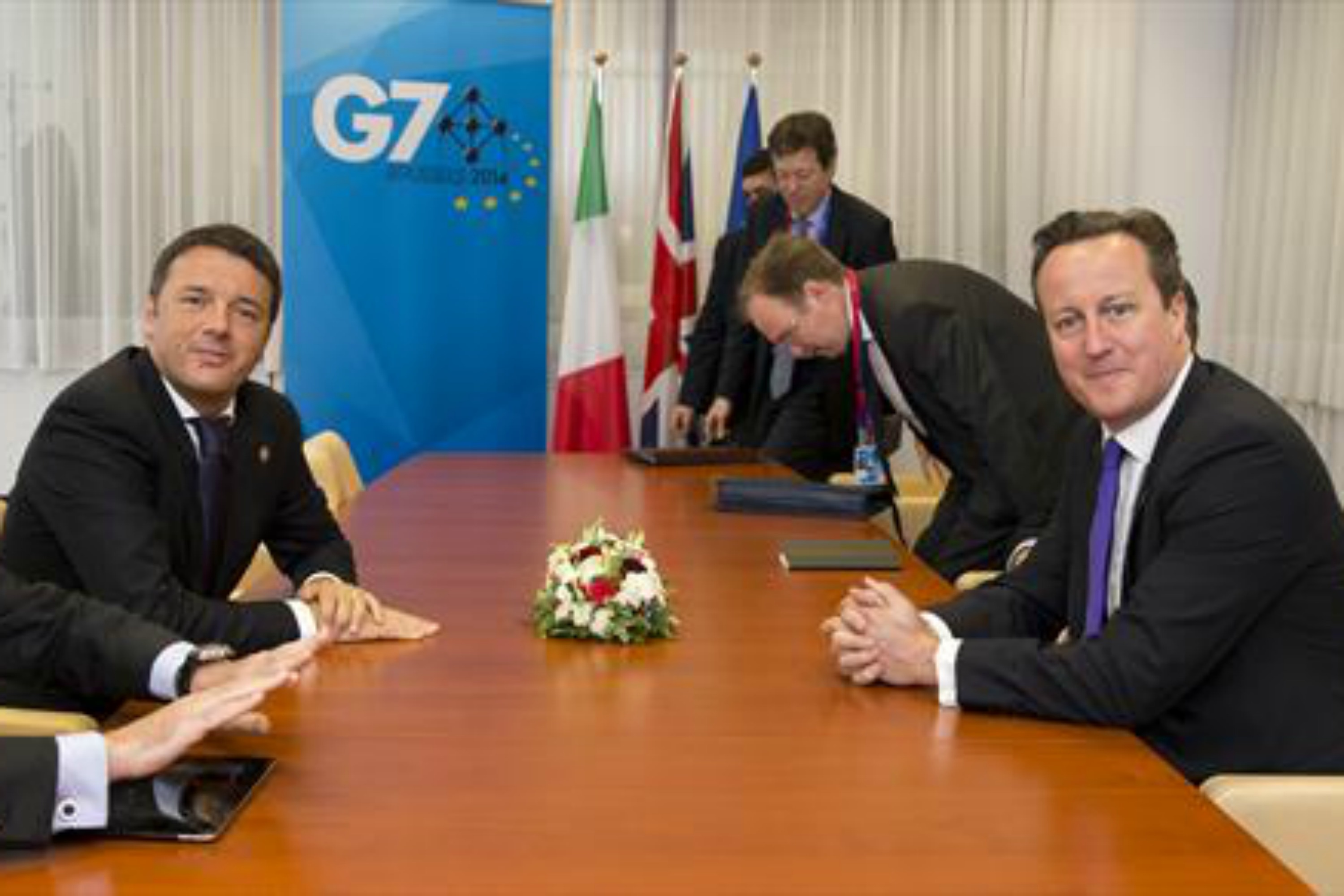 Matteo Renzi and David Cameron hold a bilateral meeting during G7 summit