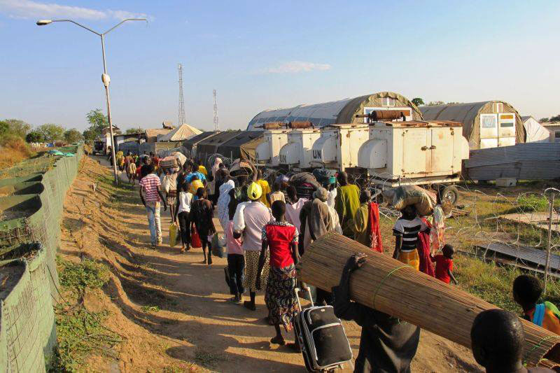 Civilians arriving at a UN compound in Bor, the capital of the Jonglei state, South Sudan, seeking refuge from the violence. [Hailemichael Gebrekrstos/UNMISS].