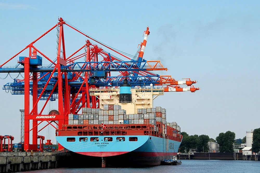 A container ship owned by the Danish shipping giant Maersk docks in a harbour in Hamburg, Germany. August 2010 [Niels Linneberg/Flickr]