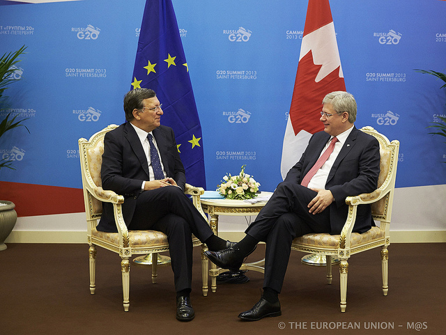 Le président de la Commission européenne, José Manuel Barroso et le premier ministre canadien, Stephen Harper lors d'une rencontre sur l'accord en septembre 2013