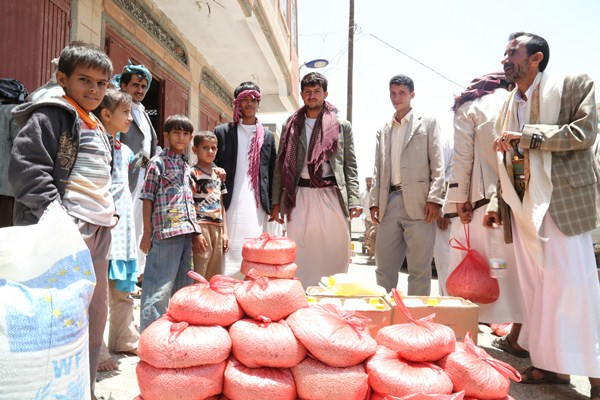 Yemenis receive food assistence in Sana'a. [Fares Khoailed/WFP].