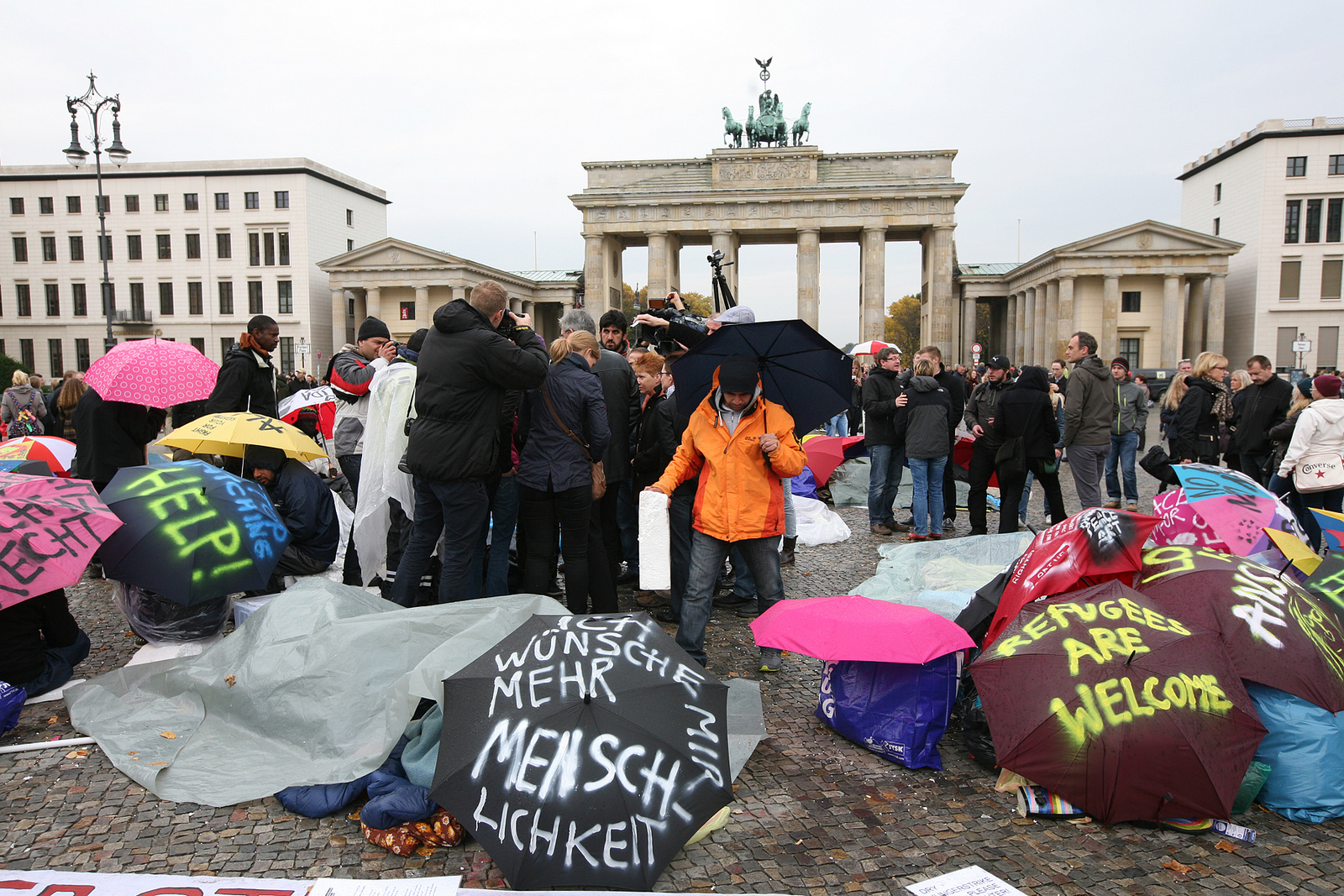 Protesters occupy Berlin's Pariser Platz in front of the Brandenburg Gate, calling for Germany to accept more refugees. Berlin 2013 [Fraktion DIE LINKE im Bundestag/Flickr]