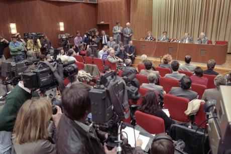 The crucial scene before the fall of the Berlin Wall: Günter Schabowski's press conference in the International Press Centre on 9 November 1989. [Bundesarchiv]