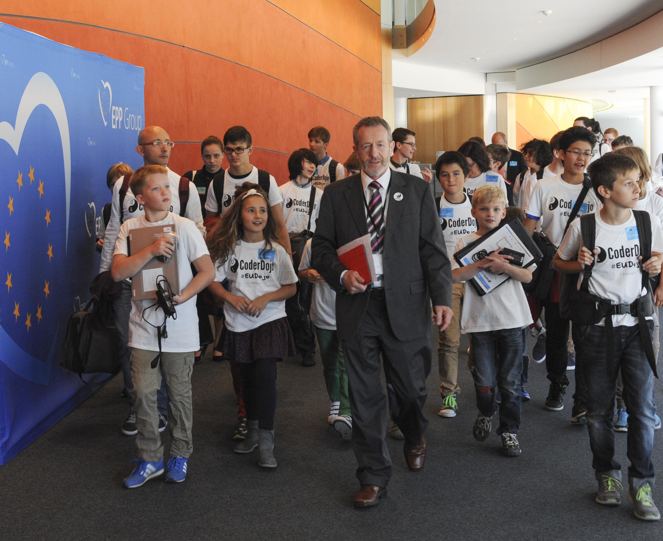 Irish MEP Sean Kelly (EPP) with children at the Coder Dojo in European Parliament