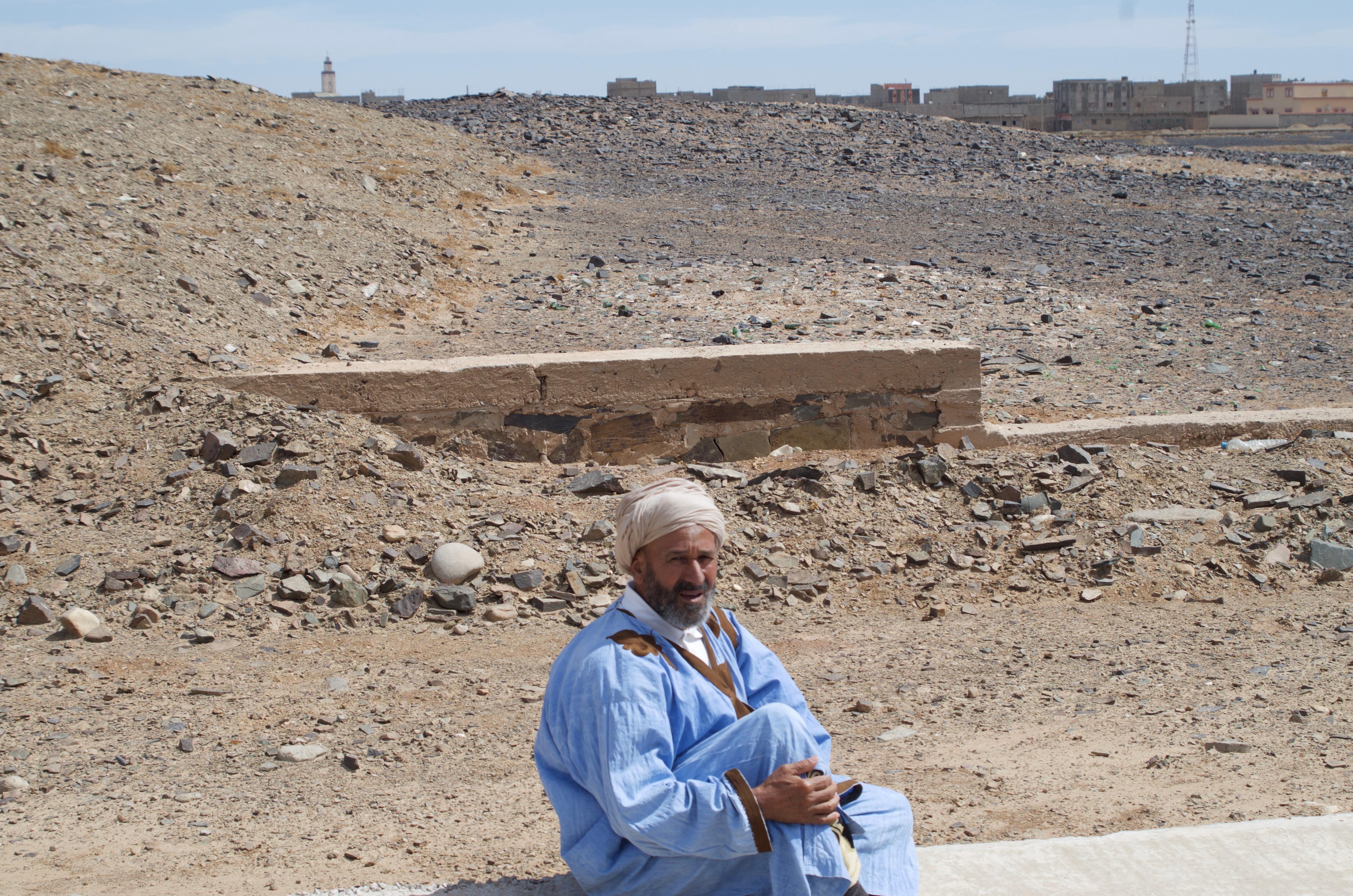 A Saharawi praying in the desert of Smara.